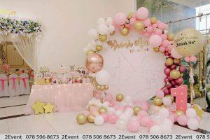 Mẫu trang trí sinh nhật với backdrop tròn và trang trí bàn gallery