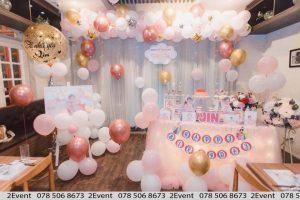Mẫu trang trí sinh nhật với backdrop vải voan và trang trí bàn gallery