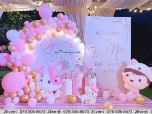 Mẫu trang trí sinh nhật với tông màu hồng backdrop tròn và backdrop chữ nhật