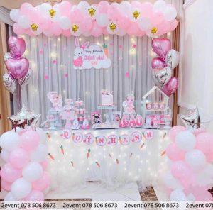 Mẫu trang trí sinh nhật với bàn gallery và backdrop vải voan trắng