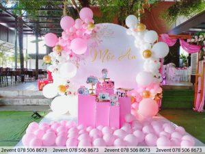 Mẫu backdrop tròn sang trọng cho tiệc sinh nhật bé gái