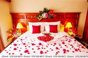Trang trí phòng tân hôn lãng mạn với hoa tươi