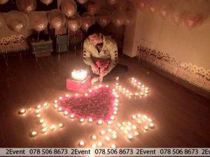 Trang trí phòng tân hôn lộng lẫy với nến và hoa