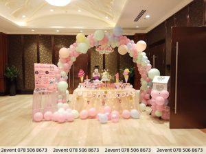 Mẫu trang trí sinh nhật với cổng bong bóng và bàn gallery