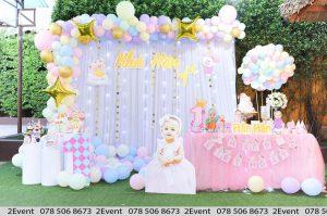 Mẫu trang trí sinh nhật với backdrop vải voan và bàn gallery tông màu hồng