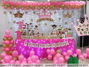 Mẫu trang trí sinh nhật với tông màu hồng đậm cho bé gái