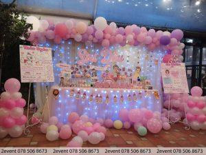 Mẫu trang trí sinh nhật với bàn gallery và backdrop vải gắn led tại nhà hàng