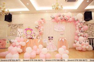 Mẫu trang trí sinh nhật cho bé gái với tông màu hồng bạc trắng