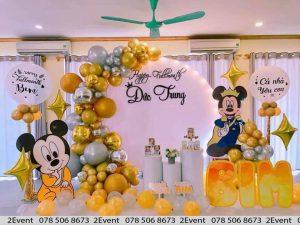 Mẫu trang trí với chủ đề chuột Mickey và backdrop tròn tông màu vàng bạc