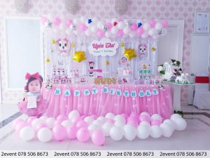 Mẫu trang trí màu hồng và bàn Gallery với bóng thả sàn
