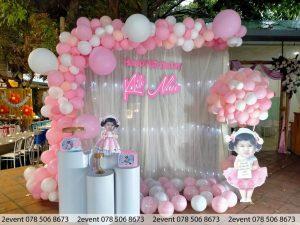 Mẫu trang trí với tông màu hồng và khinh khí cầu hồng trắng